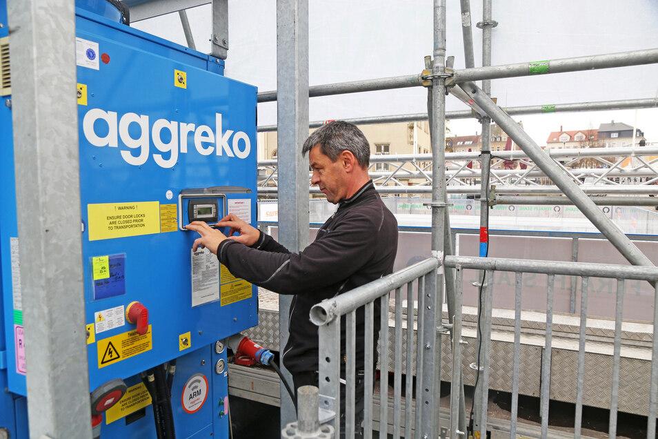 Letzte Vorbereitungen: Eisbahn-Macher Torsten Pilz von Event-Talent testet hinter dem Rathaus die gerade installierte Eismaschine.