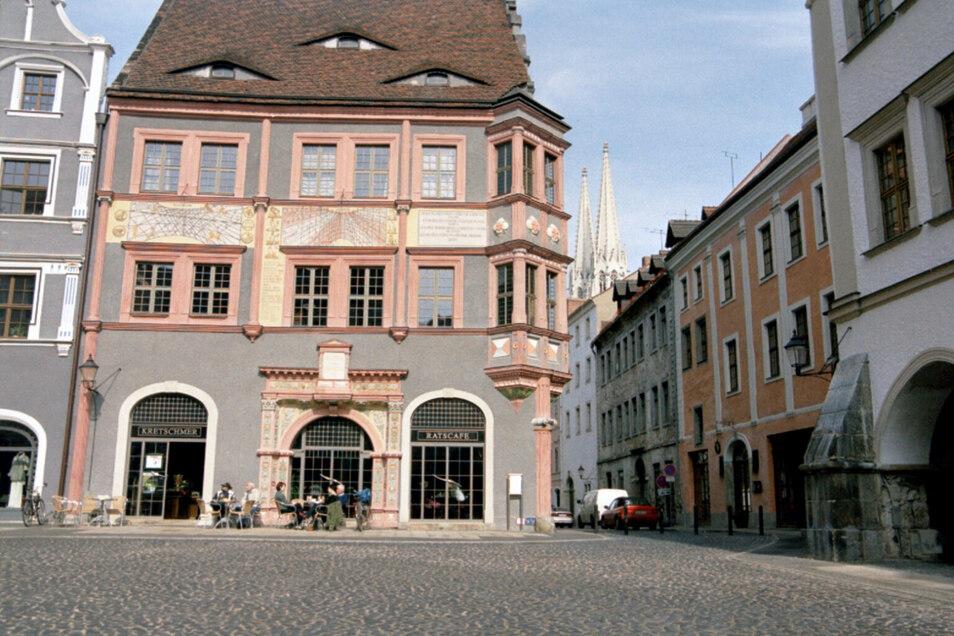 An der Fassade der Ratsapotheke am Görlitzer Untermarkt, unweit der Peterskirche (im Hintergrund) findet sich ebenso eine Sonnenuhr, aber die des Görlitzer Astronomen Zacharias Scultetus.