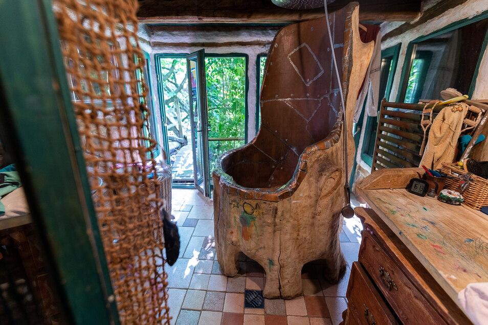 Die Dusche besteht aus einem ausgehöhlten dicken Baumstamm, der innen mit Kupfer ausgeschlagen wurde.
