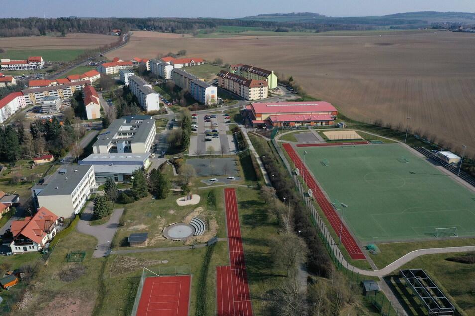 Hier ist das Gebiet Dippoldiswalde-Nord mit Gymnasium, Sportpark und dem Wohngebiet Heidepark aus der Luft zu sehen.