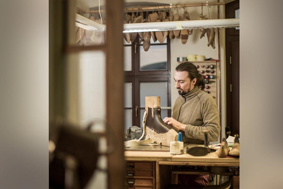 Der Schäftemacher Christian Legler fertigt jene Teile der maßgefertigten Schuhe an, die von oben besehen sichtbar sind. Das Handwerk des 34-Jährigen ist ein eigener Beruf.