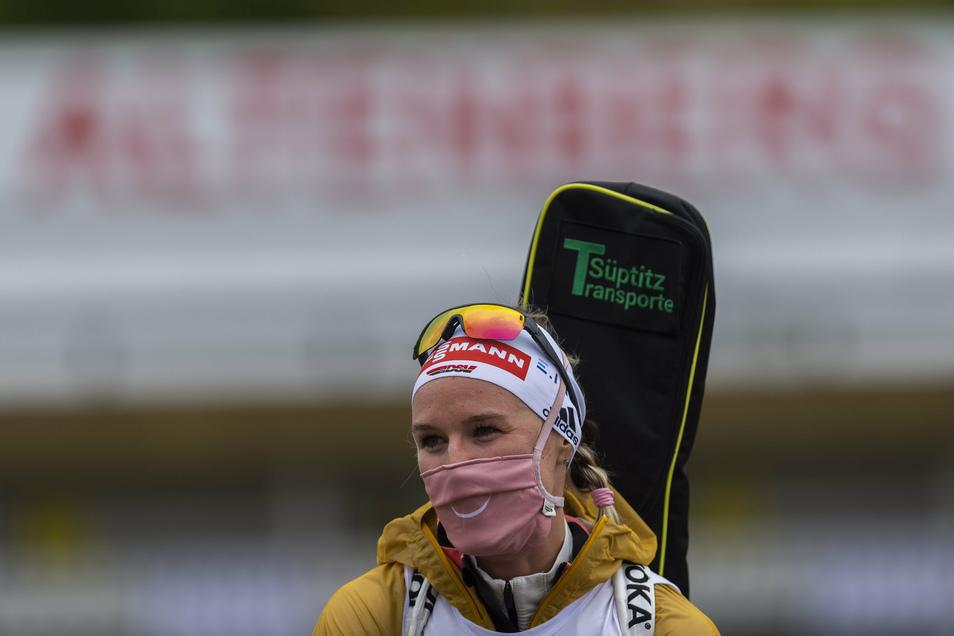 Mit Maske wartet Denise Herrmann in Altenberg auf die Siegerehrung. Sie wird Dritte im Einzel.