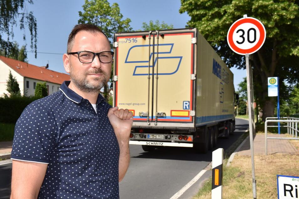 Marko Neumann vor dem neuen Tempo-30-Schild in Limbach. Das findet er gut, reicht ihm aber nicht. Er fordert den Bau eines Zebrastreifens.
