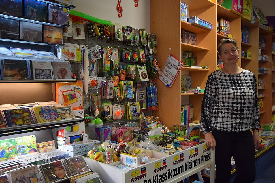 Elisabeth Sygusch in ihrem Laden vor der Wand, die 2000 herausgenommen und 2008 wieder eingesetzt wurde. Auch ihr Geschäft muss bis in den Januar hinein schließen.