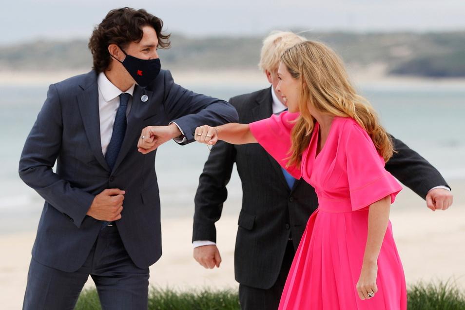 Boris Johnson (verdeckt) und seine Ehefrau Carrie Johnson begrüßen Justin Trudeau, Premierminister von Kanada, bei ihrer Ankunft zum G7-Gipfel am Carbis Hotel.