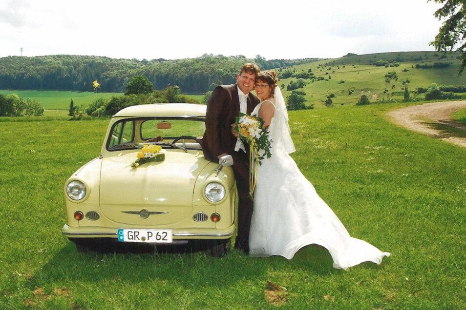 Wie versprochen: Als die Dischinger Hauptamtsleiterin Martha Kragler ihren Mann Stefan 2014 heiratet, stellt ihre Mittelherwigsdorfer Amtskollegin das Hochzeitsauto - einen 500er Trabi.