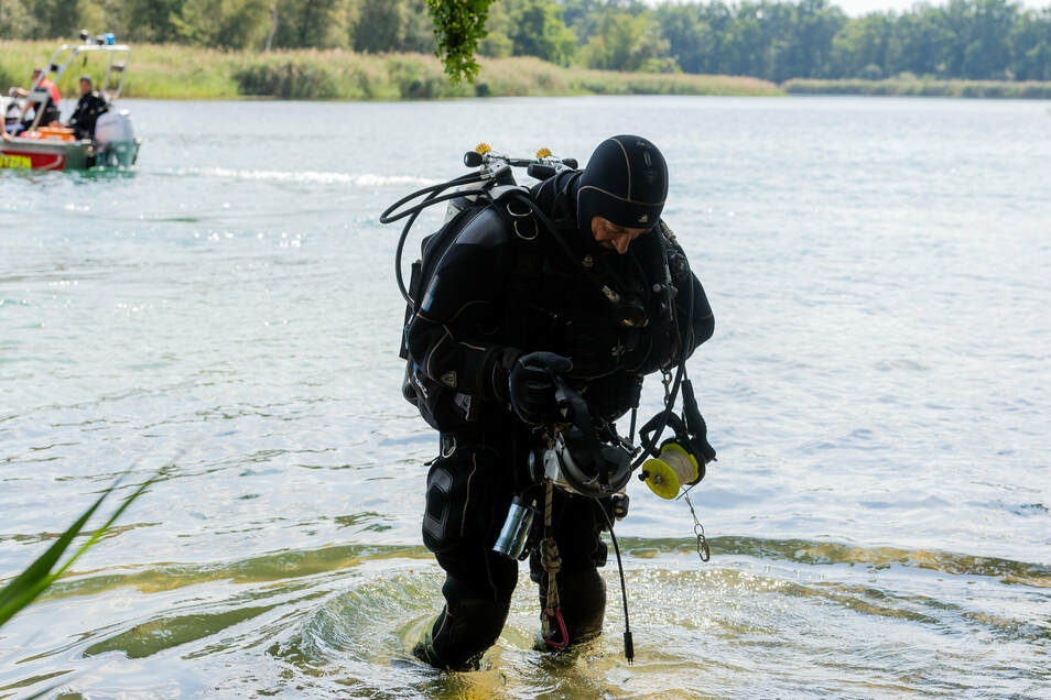 Ein Taucher der Polizei stieg gegen 14 Uhr vom Ufer aus in den See, um unter Wasser nach dem Vermissten zu suchen.