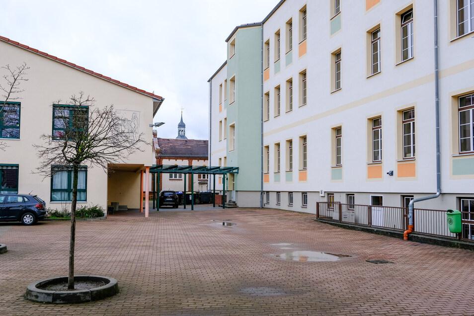 Der 2007 gebaute Erweiterungsbau (links) soll mit dem erneuten Umbau auf dem Gelände der Radeburger Heinrich-Zille-Oberschule wieder abgerissen werden.