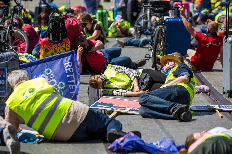 Mitarbeiter der Tourismusbranche demonstrieren am Mittwoch in Dresden erneut für Hilfe vom Staat.