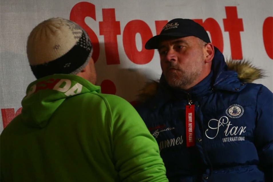 Siegfried Däbritz und Lutz Bachmann im Gespräch. Bachmann sprach nach der Demonstration .