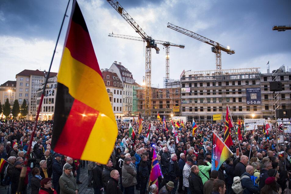 Eine Kundgebung von Pegida am 25.09.2017 auf dem Neumarkt in Dresden.
