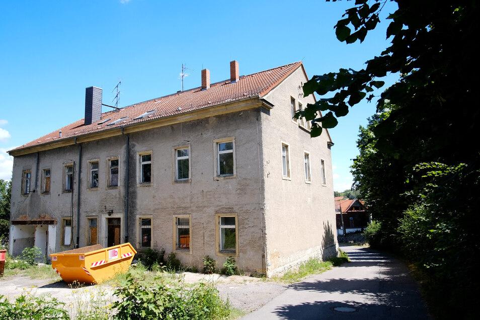 ... genauso wie die Schule.Ein Konzept, das alle Gebäude einbinden sollte, scheiterte angeblich am Denkmalschutz.