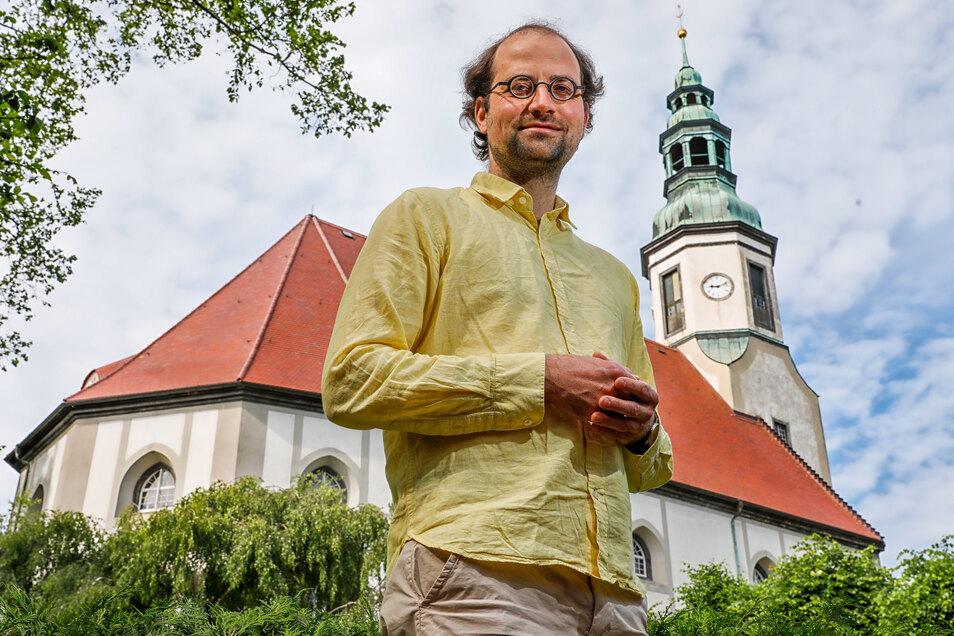 Pfarrer Gregor Reichenbach vor der Niederoderwitzer Kirche. Er verlässt im August nach neun Jahren die Kirchgemeinde Oderwitz-Mittelherwigsdorf.
