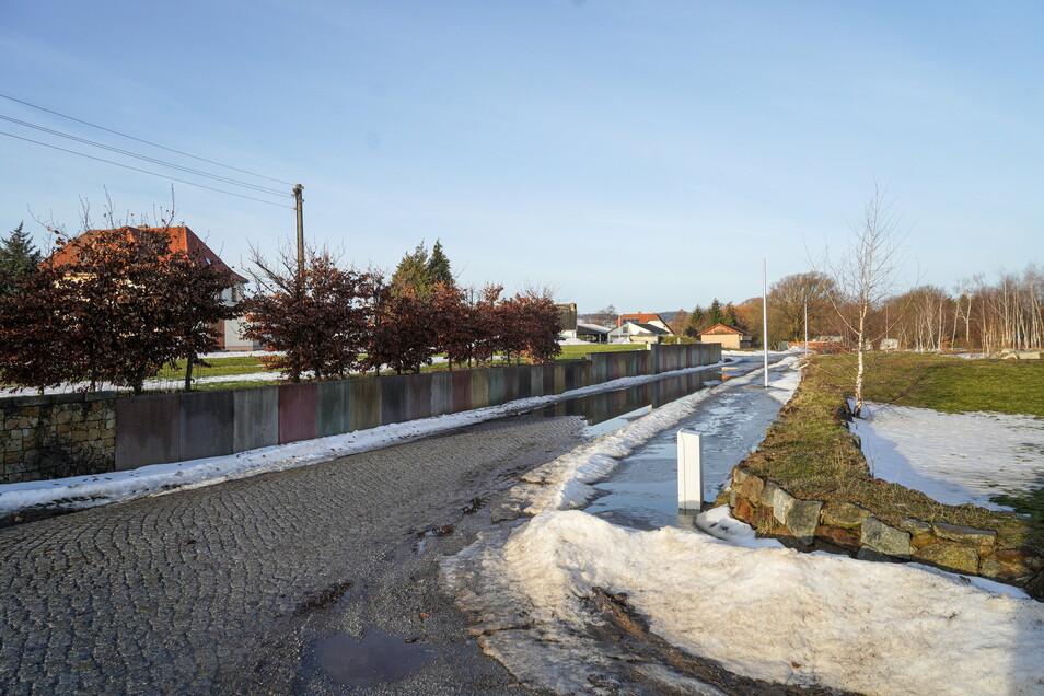 Die Oberfläche der Zufahrt zum Bauhof in Burkau soll demnächst erneuert werden.