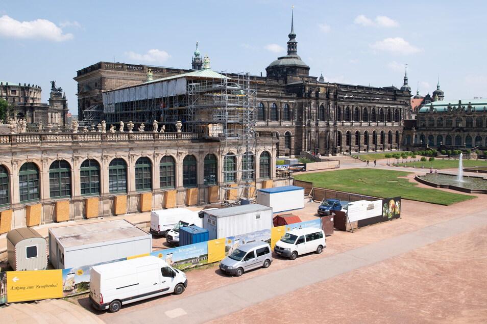 Baufahrzeuge stehen im Zwinger vor dem französischen Pavillon. Die Zwingerbauhütte, verantwortlich für die fortlaufende Restaurierung und Instandhaltung des Dresdner Zwingers, begeht in diesem Jahr ihr 30. Jubiläum.