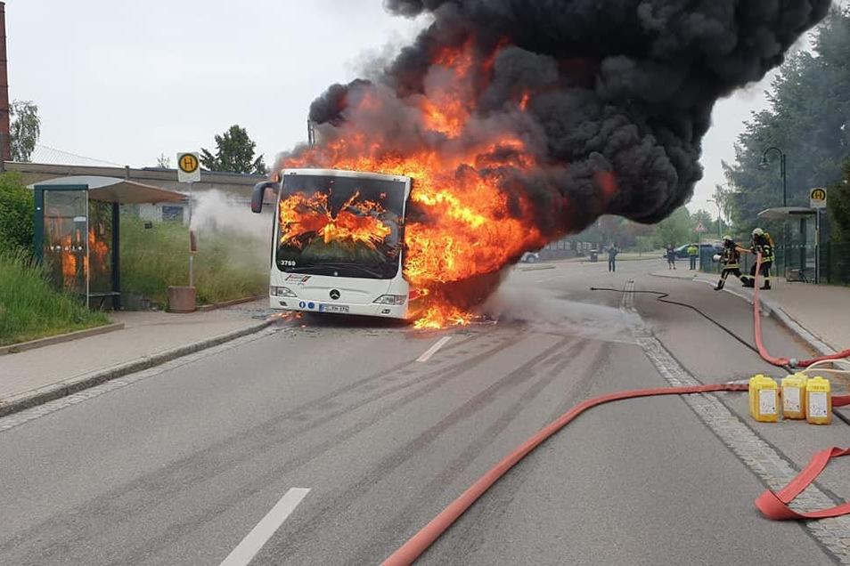 An der Chemnitzer Straße in Penig ist am Mittwochmorgen ein Bus in Brand geraten. Grund war wahrscheinlich ein Motorschaden.