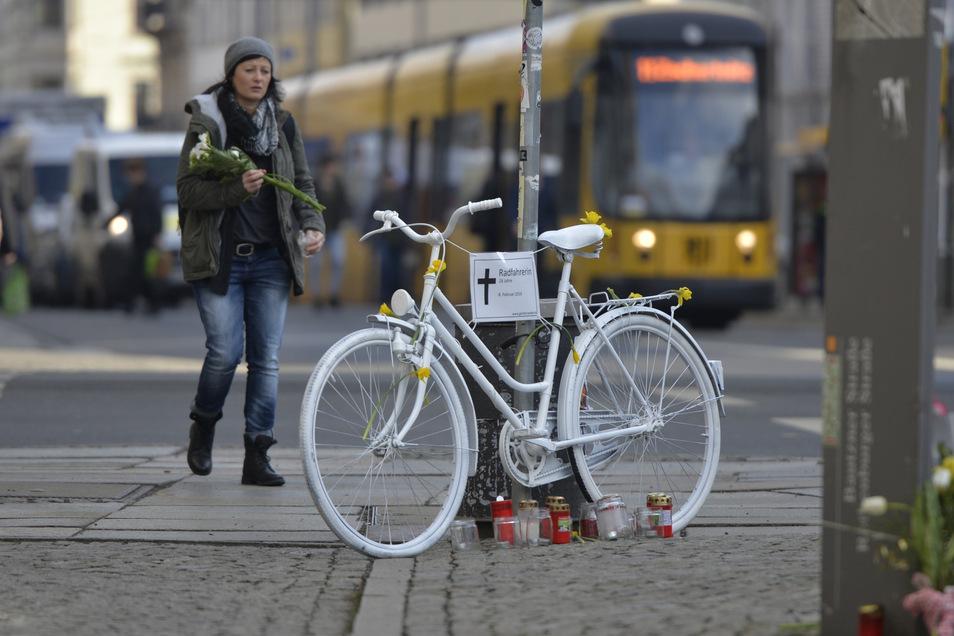 Acht Ghostbikes in Dresden: Sie erinnern an tödlich verunglückte Radfahrer. An der Bautzner, Ecke Rothenburger Straße erinnert er an eine 26-Jährige, die 2016 von einem Lkw überfahren wurde.