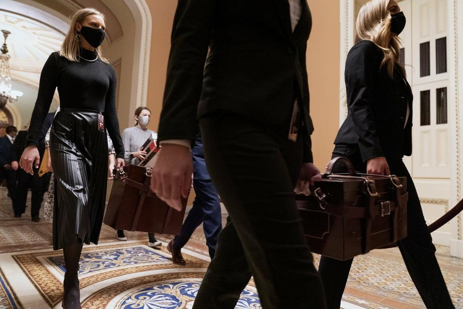 Mitarbeiter des Senats tragen die Ergebnisse der Abstimmungen der Wahlleute von der Senatskammer in die Kammer des Repräsentantenhauses.