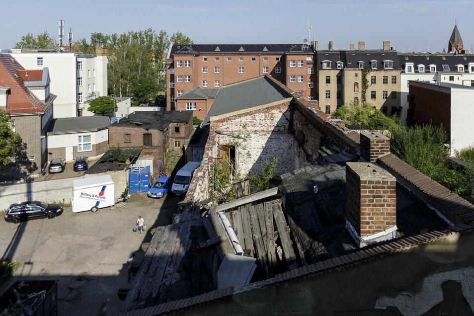 Das Dach der einstigen Lagerhalle ist teilweise eingestürzt, und das schon vor langer Zeit. Doch die Außenwände des Gebäudes bleiben erhalten.