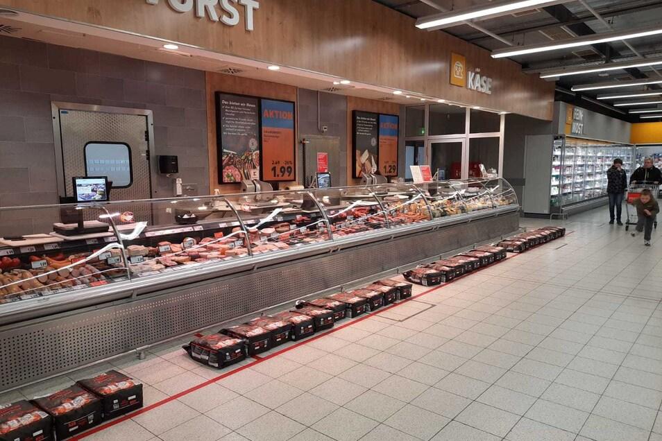 Die Säcke vor der Kaufland-Theke in Zittau-West.