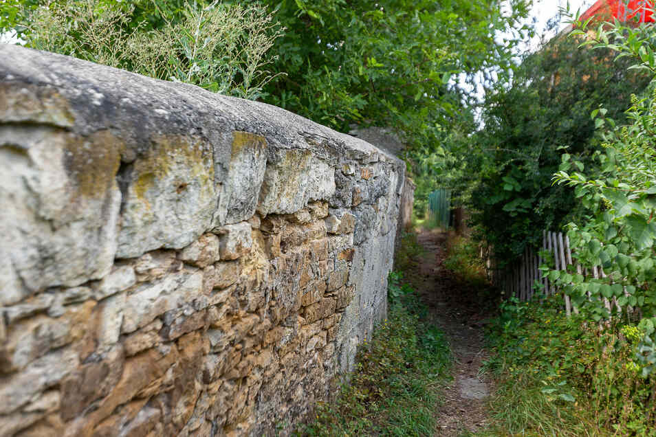 An diesem Wanderweg an der Rosentitzer Straße 17 droht eine Mauer einzustürzen.