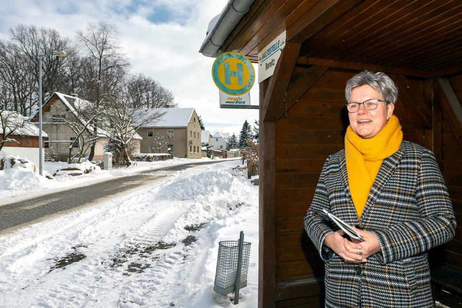 Für den Ausbau der Straße durch den Radiborer Ortsteil Bornitz haben sich vier Partner zusammengeschlossen. Für die Gemeinde Radibor sitzt Bürgermeisterin Madeleine Rentsch mit am Tisch. Ihr Part ist der barrierefreie Ausbau der Bushaltestelle.