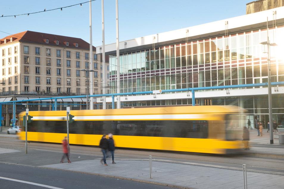 Am Mittwochnachmittag wird eine Fahrradfahrerin bei einem Unfall in der Dresdner Innenstadt schwer verletzt.