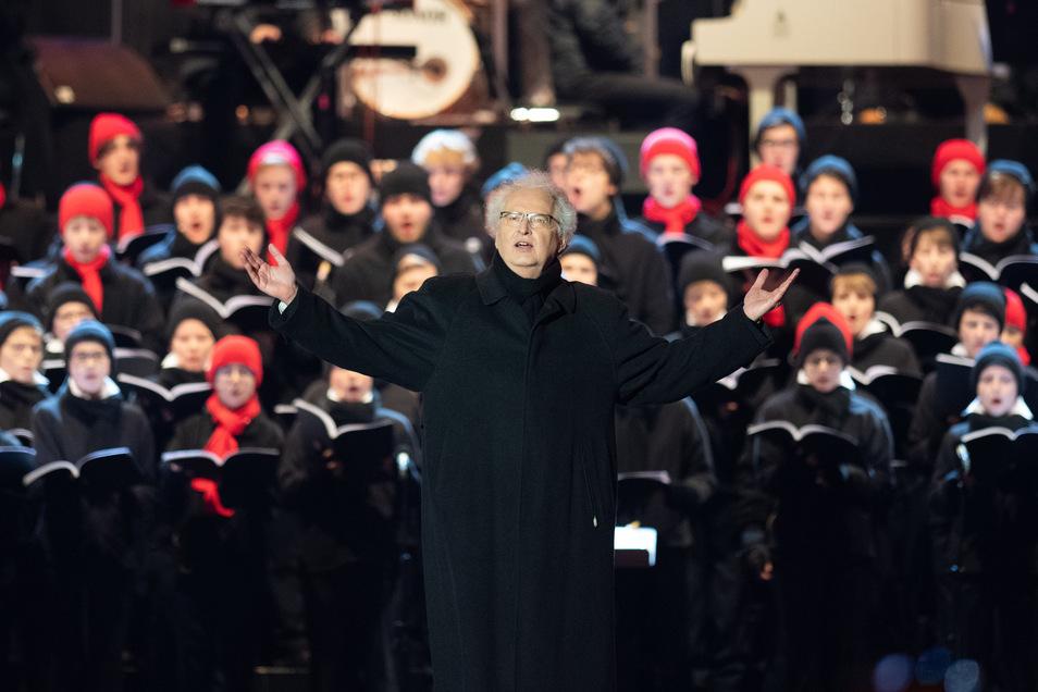Mitglieder des Dresdner Kreuzchors und der Dresdner Kapellknaben singen unter der Leitung von Kreuzkantor Roderich Kreile beim fünften Adventskonzert im Rudolf-Harbig-Stadion.