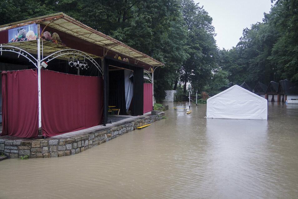 Wenigstens ein Bauwerk im Stadthallengarten blieb vom Hochwasser verschont.