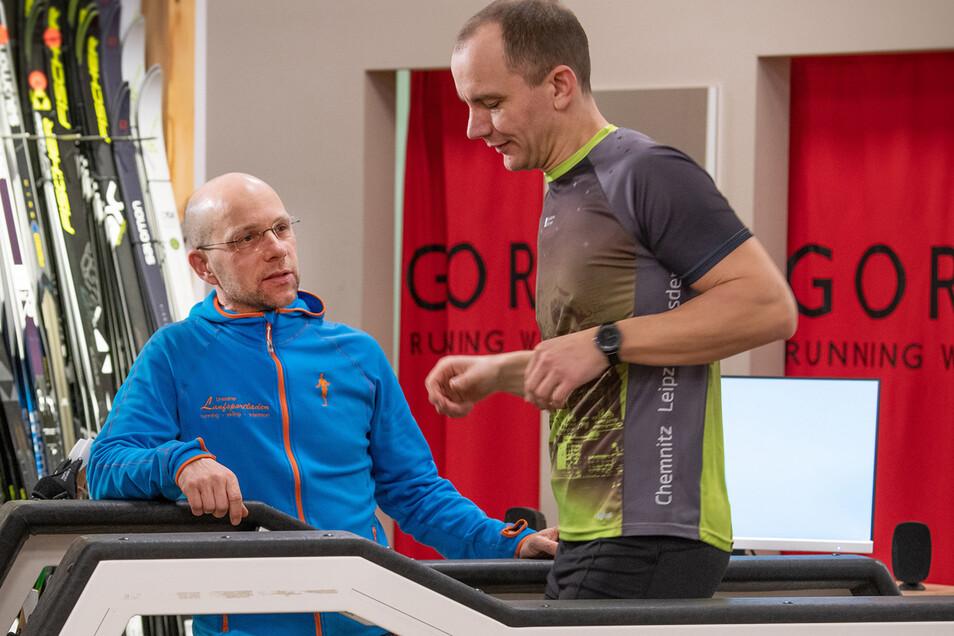 Lutz Melzer (links) analysiert Falko Uyma im Dresdner Laufsportladen.