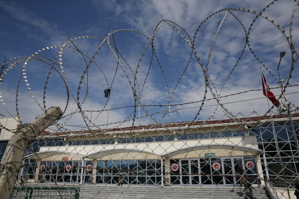 Stacheldraht und ein Machendrahtzaun sichern das Gefängnis in Silivri.