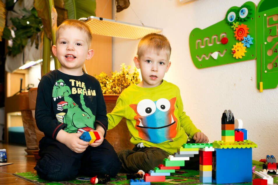 In ihrer Spielecke haben Johnny (rechts) und sein jüngerer Bruder Jonas schon mit dem Bauen begonnen. Bis der große Bau starten kann, sind noch Hürden zu nehmen. Die Eltern wollen für ihren Sohn barrierefreie Räume schaffen.