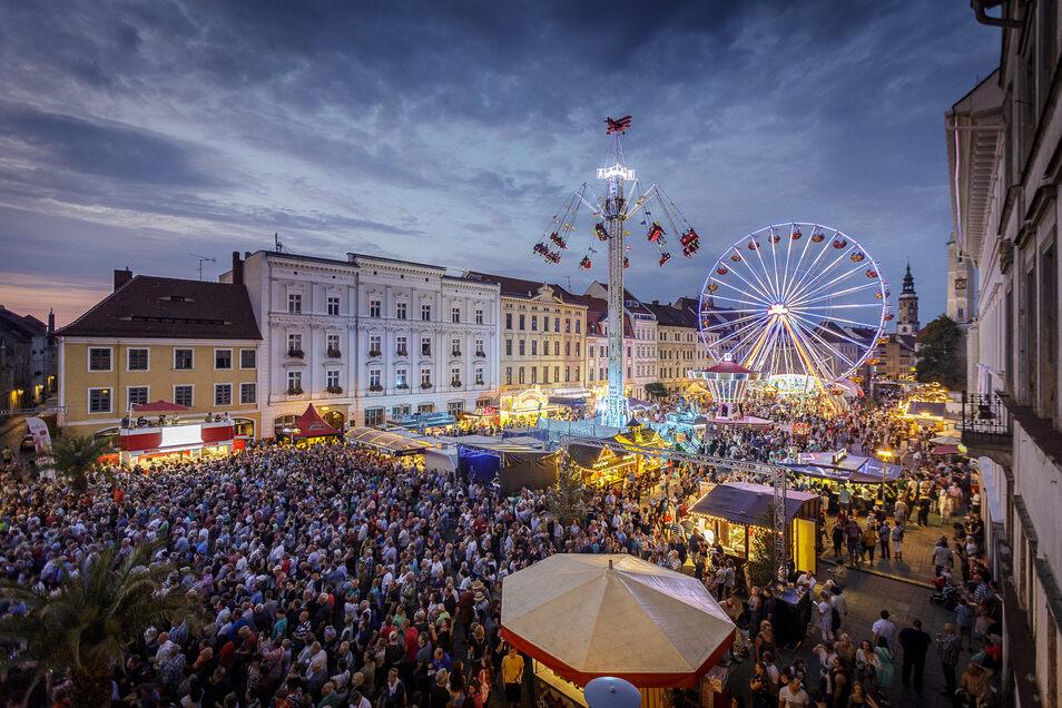 Tausende Menschen auf einem Platz: Szenen wie hier beim Görlitzer Altstadtfest 2019 werden sich bis Ende August nicht wiederholen.