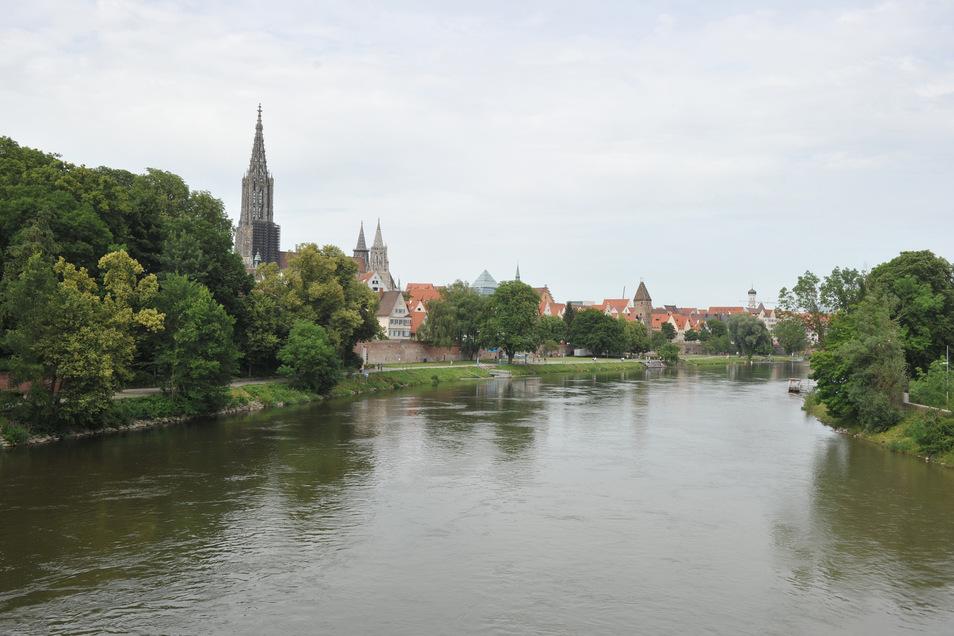 Die Donau fließt an Ulm (l) und Neu-Ulm (r) vorbei. Auf der Suche nach ihrem Handy ist eine Frau in Neu-Ulm in der Donau verschwunden.