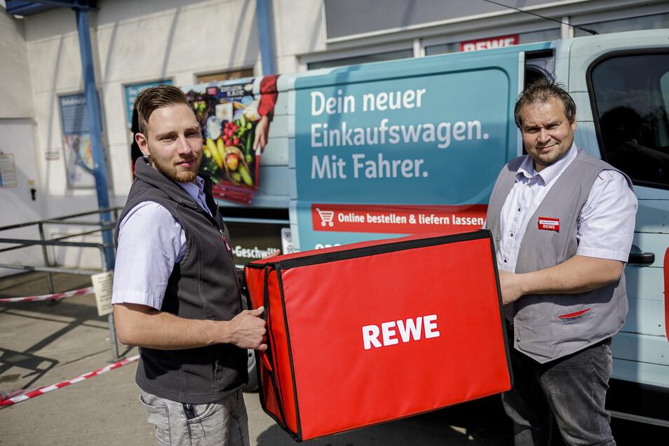Rewe in Görlitz hat jetzt einen Lieferservice, den Inhaber Benjamin Geschwill (rechts) anbietet. Sebastian Fehrenbach fährt das Rewe-Lieferfahrzeug.