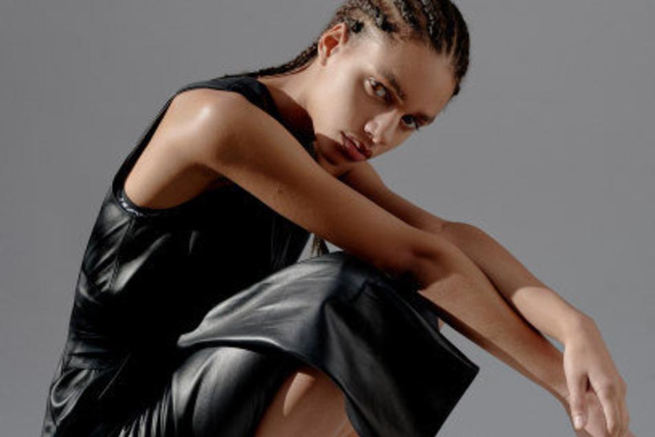 Mal niedlich im rosafarbenen Stöffchen, mal selbstbewusst in klassischem Schwarz: Yenni Schwan überzeugt als wandelbares Model.
