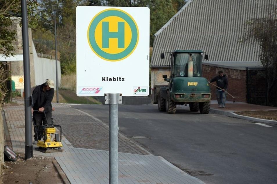 Die Bushaltestelle in der Ortsmitte von Kiebitz wurde aus Sicherheits- und Platzgründen ein wenig versetzt. Ab dem 12. November wird sie wieder angefahren.