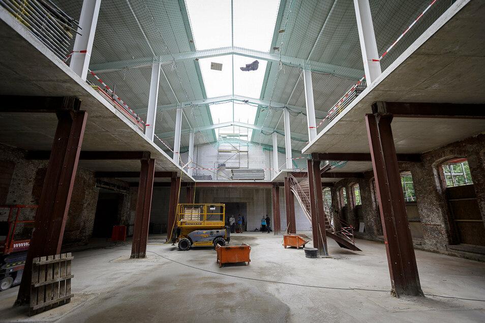 Drinnen ist schon gut zu erkennen, was hier entsteht. In den früheren Räumen von Autoglas gibt es wieder eine Galerie. Sie ist so groß wie die alte, aber aus Stahlbeton statt aus Holz.