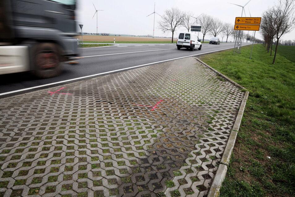Am Donnerstag zeugten noch Markierungen auf und neben der Fahrbahn von dem Unfall am Abzweig nach Ganzig. Tags zuvor waren dort ein Lkw und ein Skoda kollidiert, zwei Menschen wurden schwer verletzt.