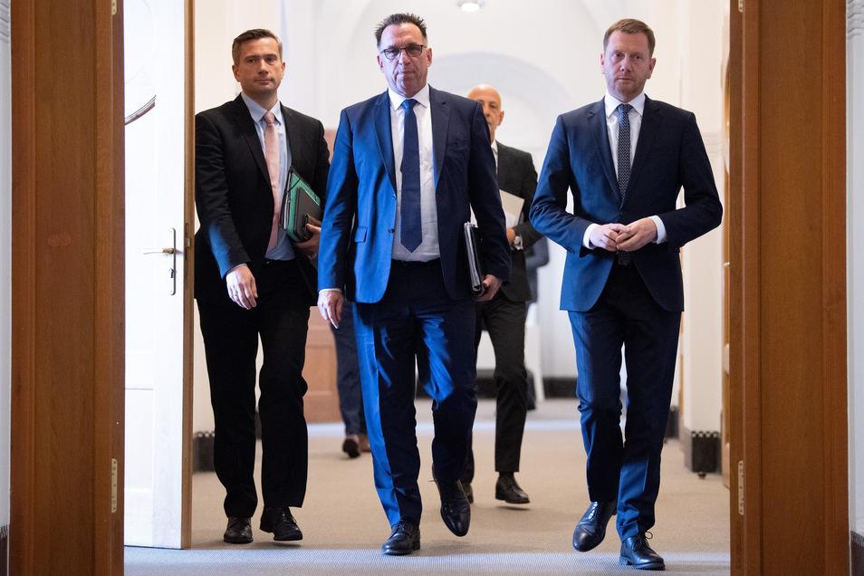 Sachsens Wirtschaftsminister Martin Dulig (SPD, l.), Bombardier-Deutschland-Chef Michael Fohrer (M.) und Sachsens MP Michael Kretschmer (CDU) auf dem Weg zur Pressekonferenz in Dresden.