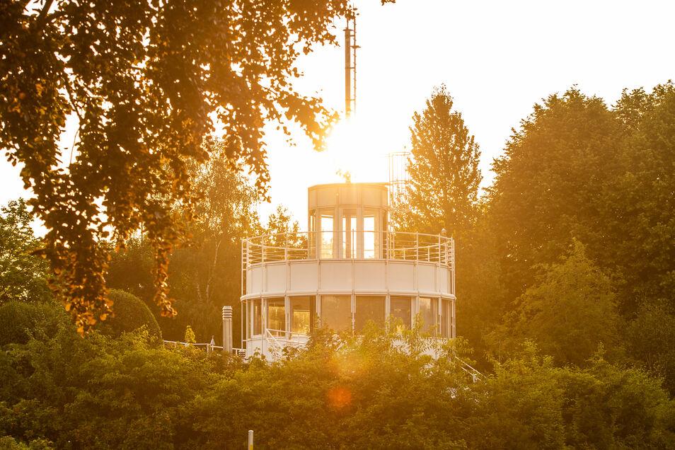 Die Sonne geht hinter der Wetterwarte des DWD auf, an der der neue Hitzerekord gemessen wurde.