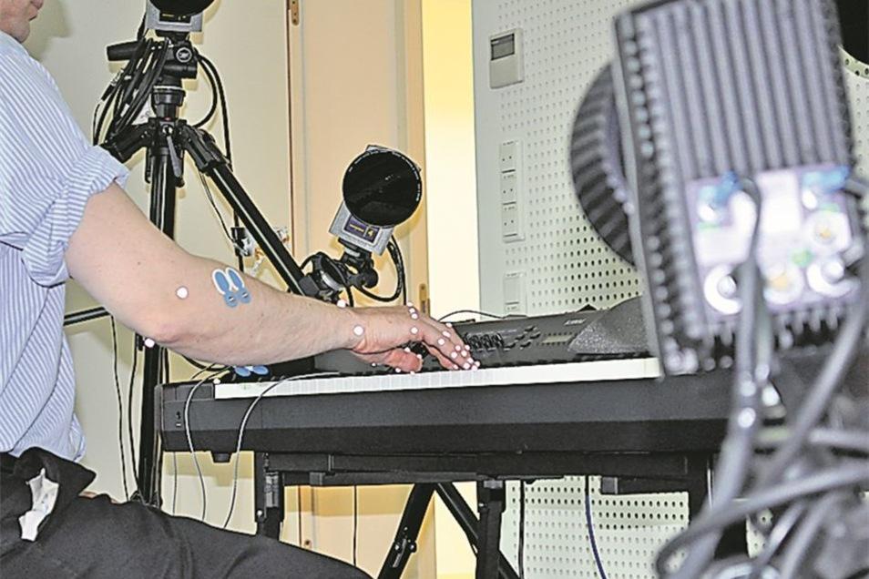 Was passiert beim Klavierspielen im Körper? Im Motoriklabor wird das mittels Infrarotkameras sichtbar gemacht.