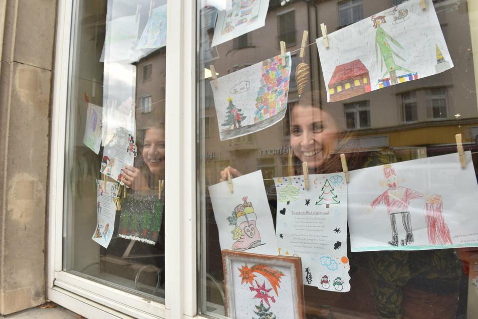 Selbstgemalte Bilder im Schaufenster des Kobü mit Kristin Weiß (rechts) und Ines Ackermann