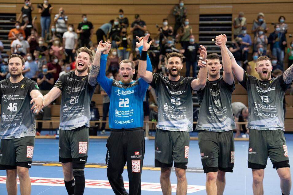 Jubel nach dem 37:31 gegen den HSV Hamburg: Die Handball-Profis des HC Elbflorenz feiern ihren überraschend klaren Erfolg.
