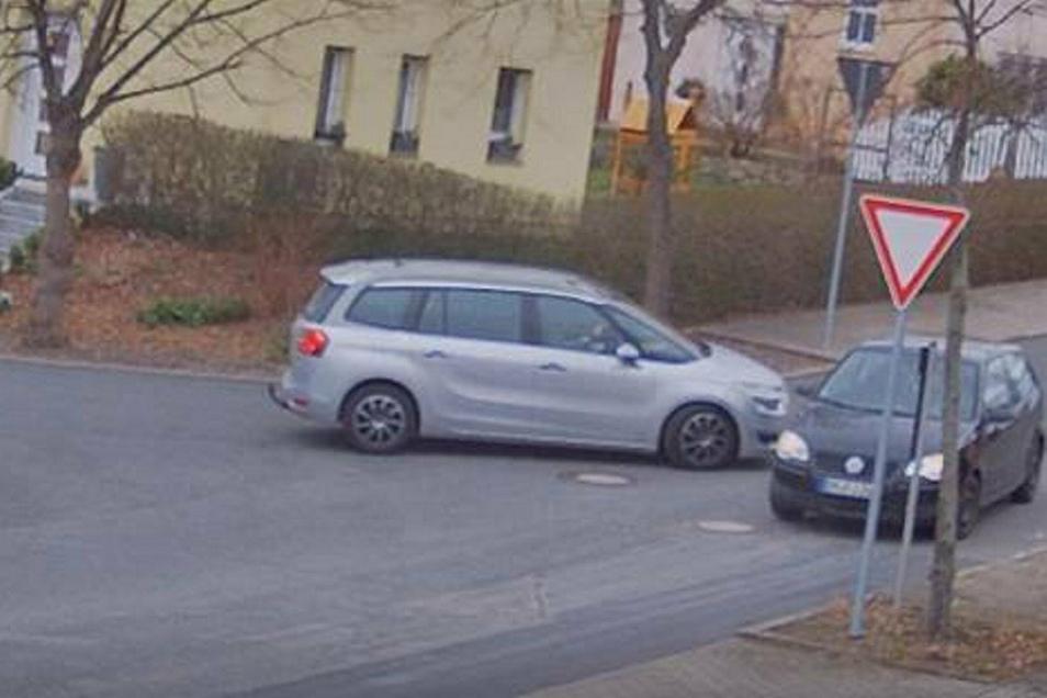Knapp war es auch bei der Begegnung dieser beiden Fahrzeuge. Das rechte Fahrzeug hätte die Vorfahrt beachten müssen.