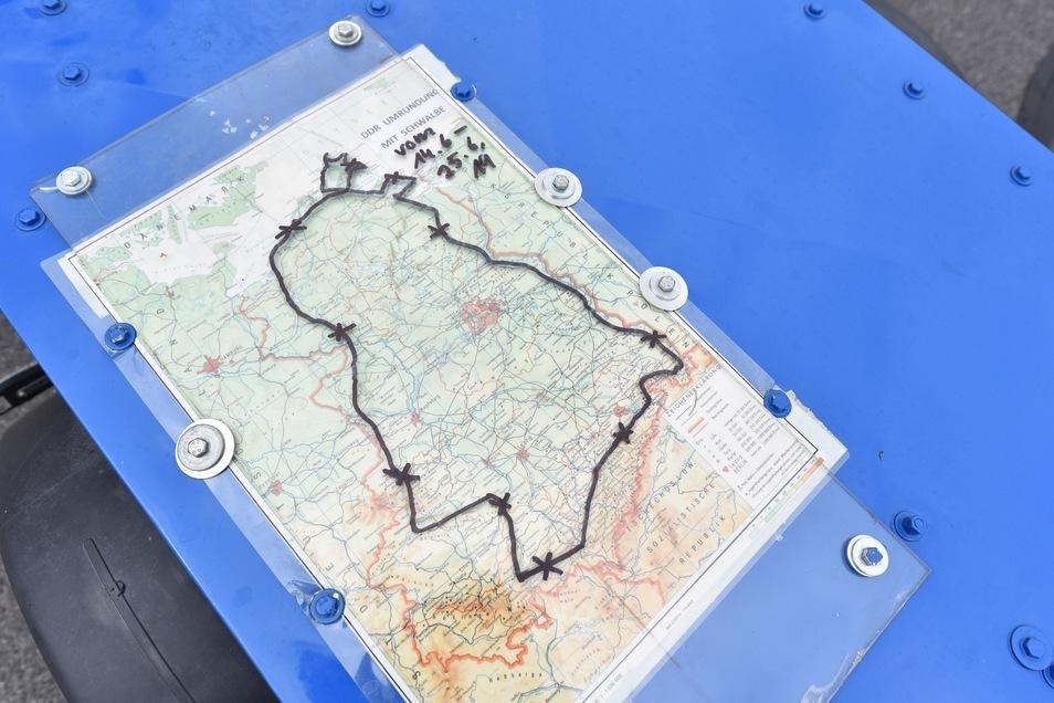 Eine Karte der Route hatte er groß ausgedruckt und laminiert auf seinem Anhänger dabei.