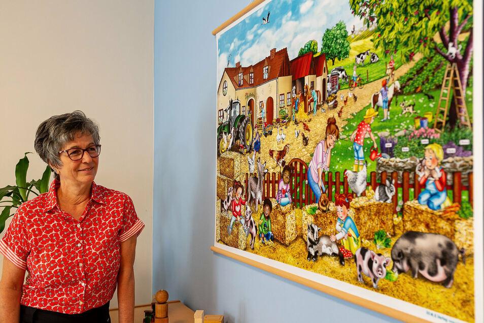 """Kerstin Barthel, Leiterin der Kita """"Spatzennest"""" in Schmiedeberg, gestaltet Fachmaterial für Kitas, hier mit dem neuesten Erzählbild """"Bauernhof"""""""