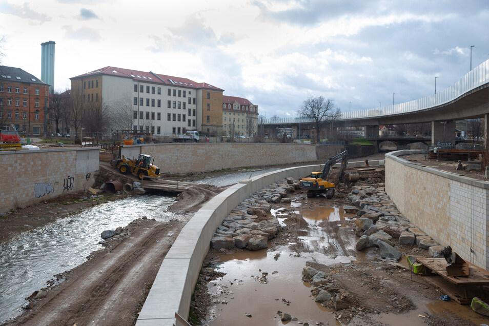 Der Weißeritzknick an der Löbtauer Hochstraße wurde so ausgebaut, dass der Fluss hier nur noch eine leichte Kurve schlägt.