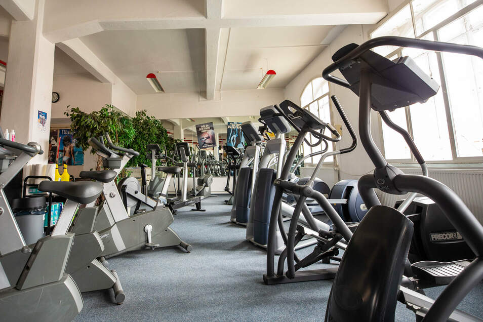 Einige Fitness-Geräte in der Fitness-Fabrik Neustadt. Deren Chef sieht durch die städtische Konkurrenz eine Wettbewerbsverzerrung.