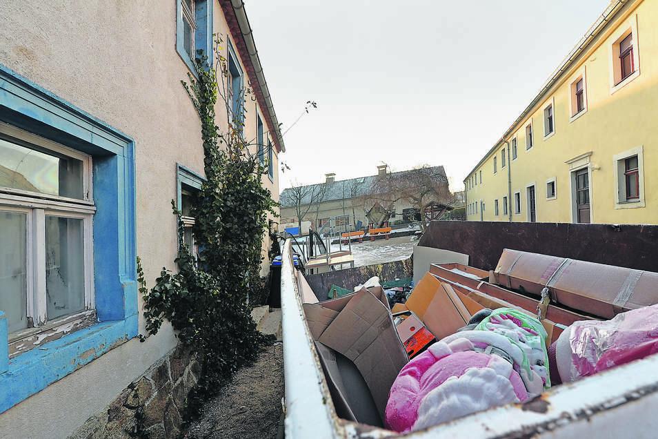 Ausräumen im blauen Haus (li.). Es soll wie die ehemalige Scheune (Mitte) abgerissen werden, damit das eigentliche Hortgebäude (re.) umgebaut und durch Anbauten erweitert werden kann.